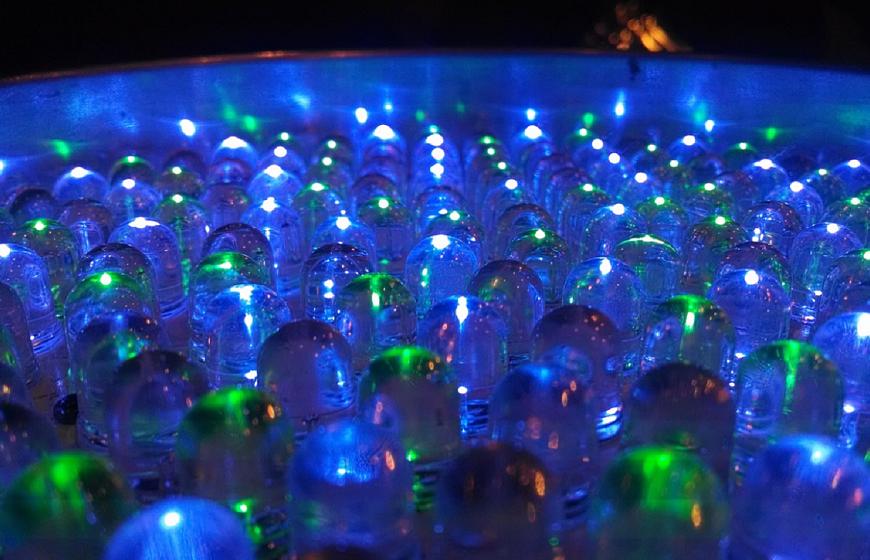 Energi fra een dråbe vand genererer 140 Volt og tænder 100 LED pærer
