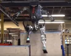 Robot laver parkour: Robocop og hjælper